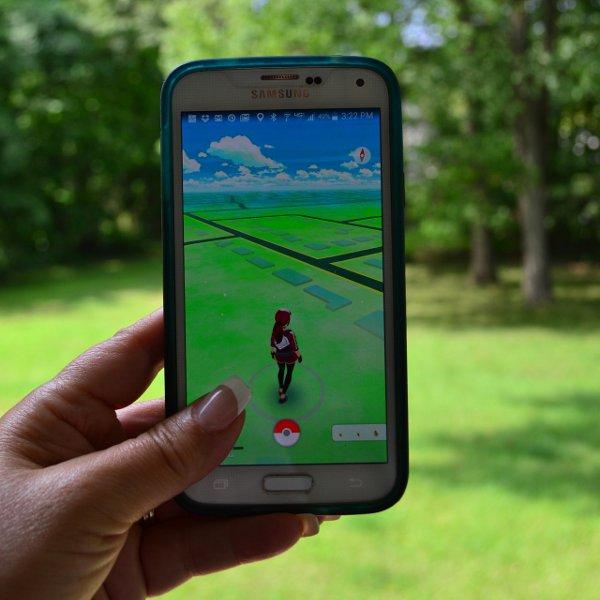 Hra Pokémon Go na obrazovke smartphonu
