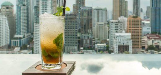 Drink na pozadí mesta