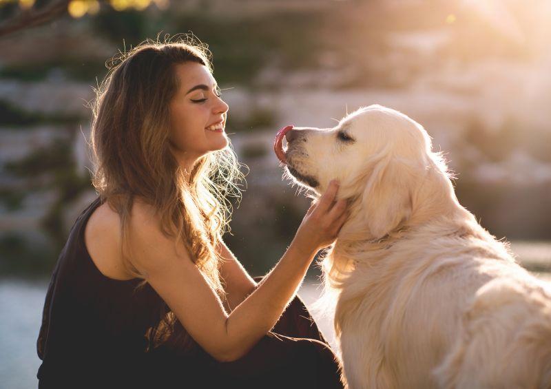 Žena s labradorom