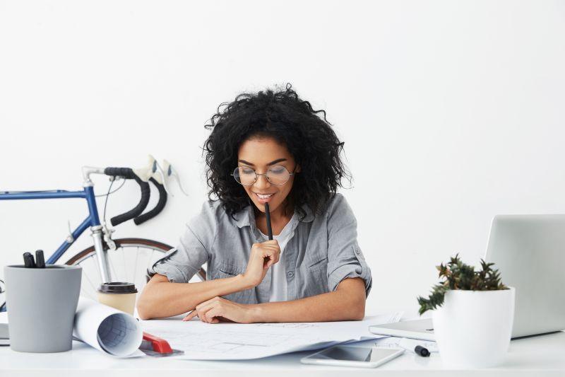 Žena študuje doma materiály
