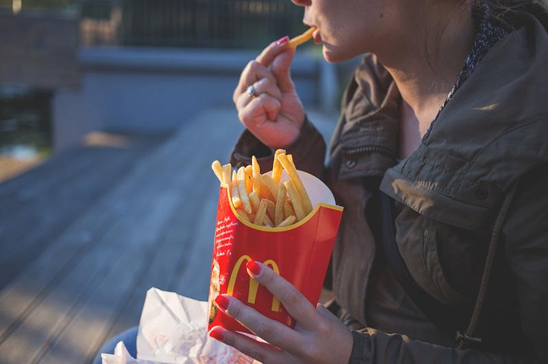 McDonald používa jednoduché a ľahko zapamätateľné logo a farby.