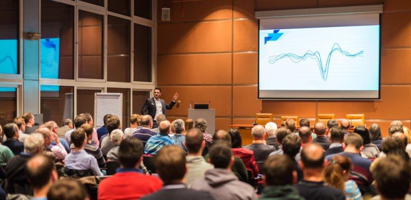 Publikum na konferencii